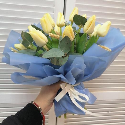 Кремовые тюльпаны с веточками эвкалипта
