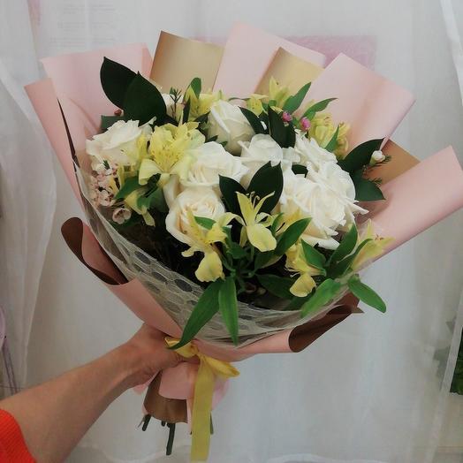 Букет из белых роз и альсромерии