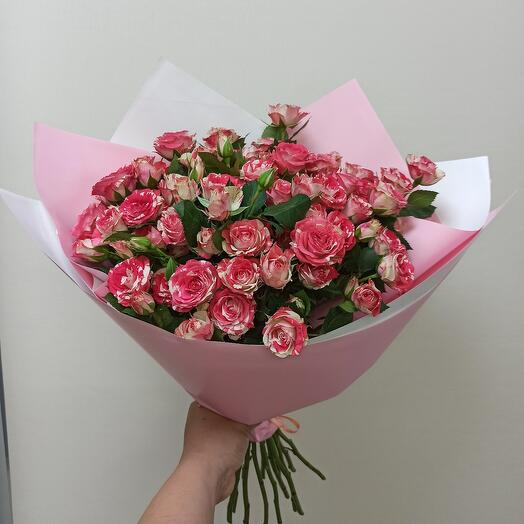 Букет ярких кустовых роз
