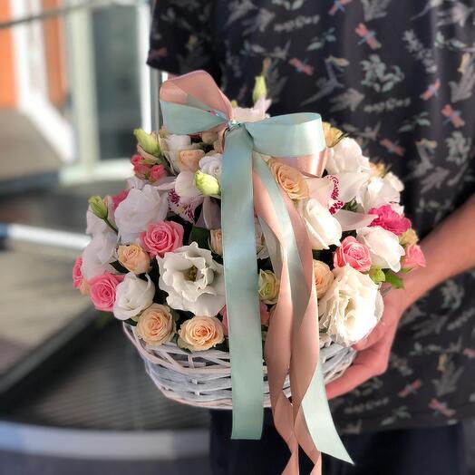 Корзина с кустовыми Розами и лизиантусом