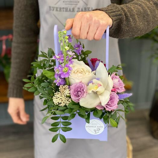 Роза Дэвида Остина, орхидея и маттиола в деревянном ящике
