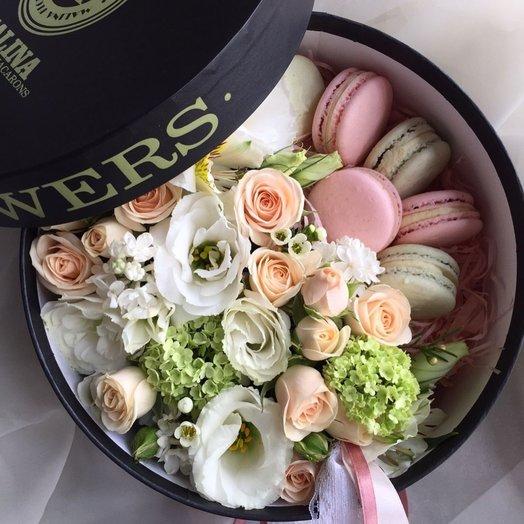Нежная коробочка с макарунами и цветами