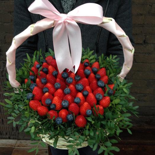 Корзина с ягодами. Клубника и голубика: букеты цветов на заказ Flowwow