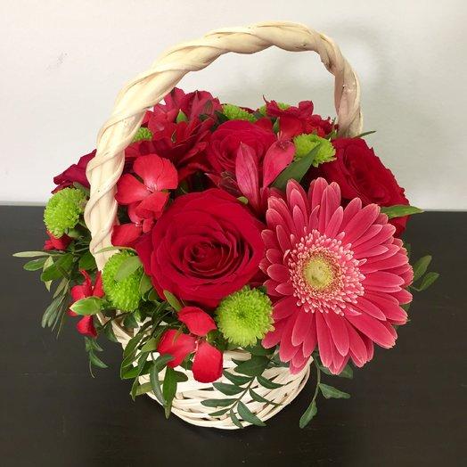 Яркая корзиночка с розой, гермини и кустовой гвоздикой: букеты цветов на заказ Flowwow