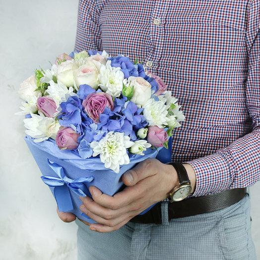 Композиция из гортензии пионовидных кустовых роз в коробке: букеты цветов на заказ Flowwow