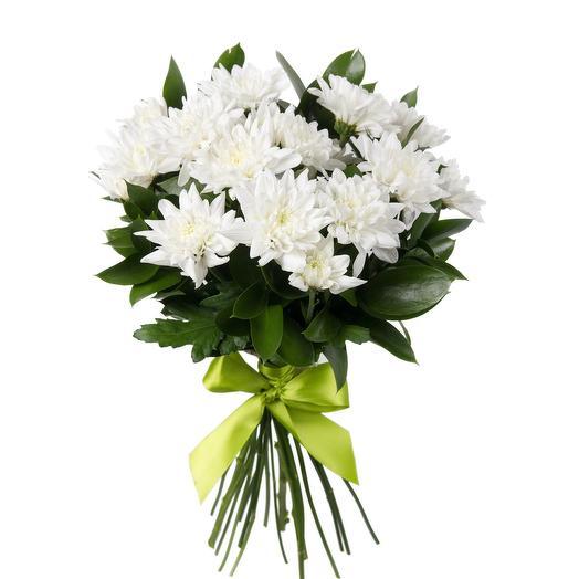 3 белые хризантемы с зеленью