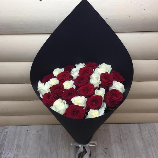 31 красная и белая роза: букеты цветов на заказ Flowwow