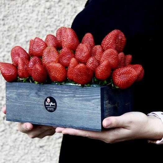 Клубничный букет в деревянном ящике: букеты цветов на заказ Flowwow