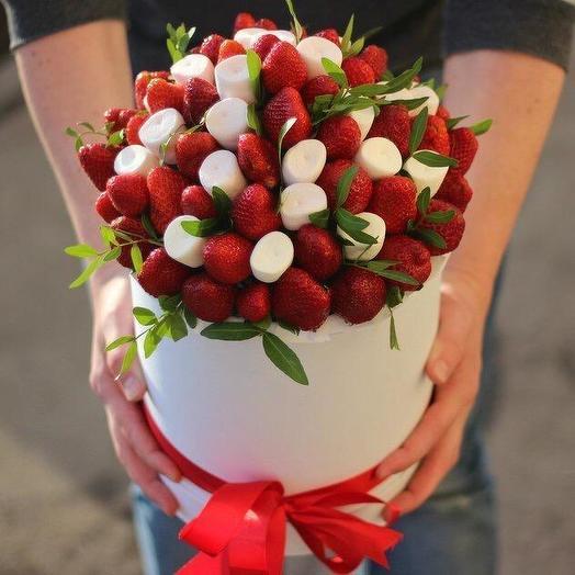 Marshmallows, strawberries