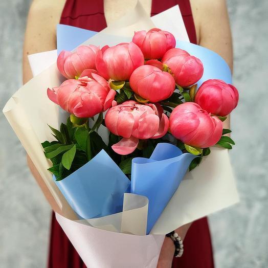 Букет из 9 коралловых пионов в стильной упаковке: букеты цветов на заказ Flowwow