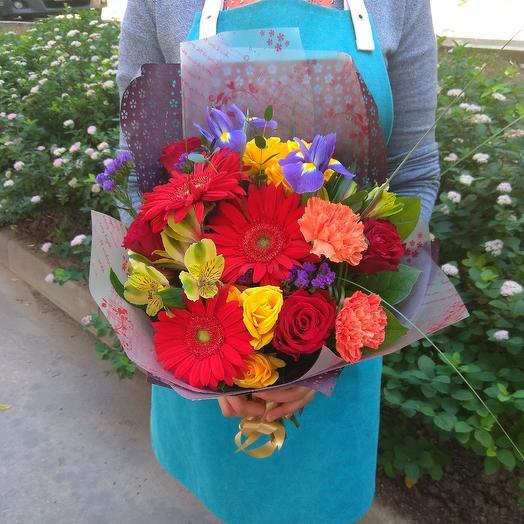 Яркий букет из гербер, ирисов и кустовой розы: букеты цветов на заказ Flowwow