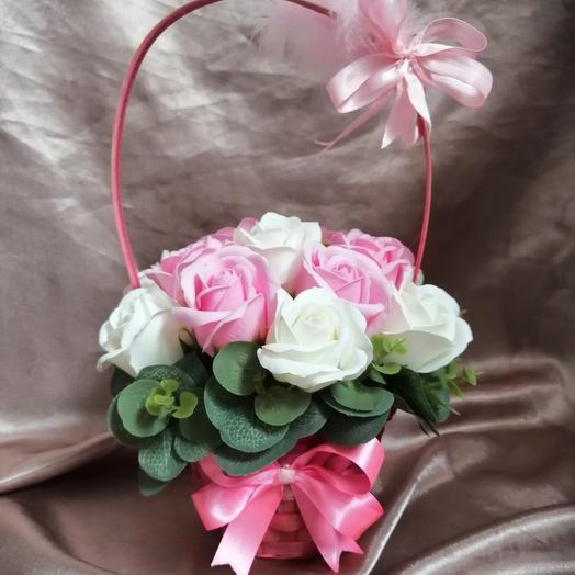 Корзинка с мыльными розами: букеты цветов на заказ Flowwow