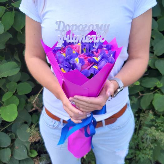Школьный букет на 1 сентября из розовых роз и ирисов Z81: букеты цветов на заказ Flowwow