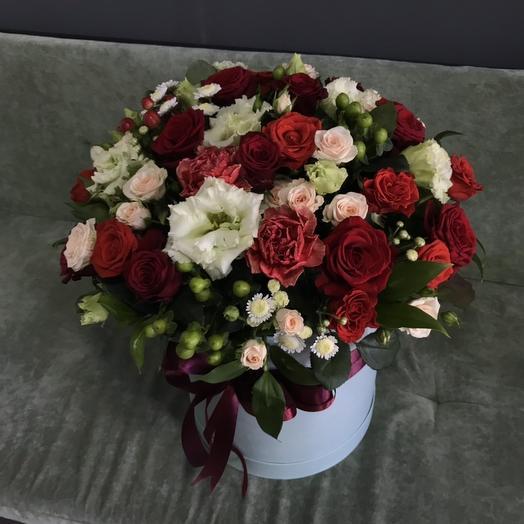 Шляпная коробка с розами, эустомой и гвоздиками