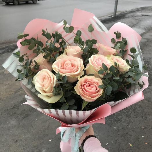 Букет из розовых роз и эвкалипта