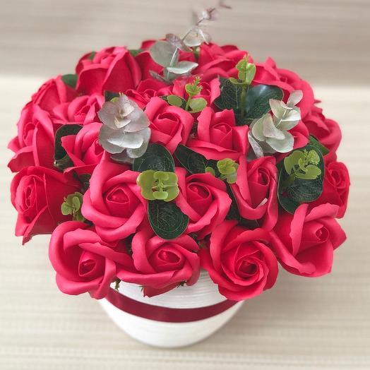 Букет из красных роз в белом кашпо