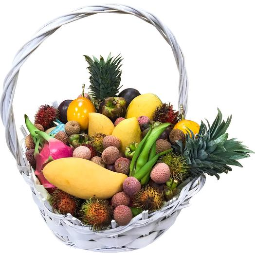 Экзотические фрукты в корзине