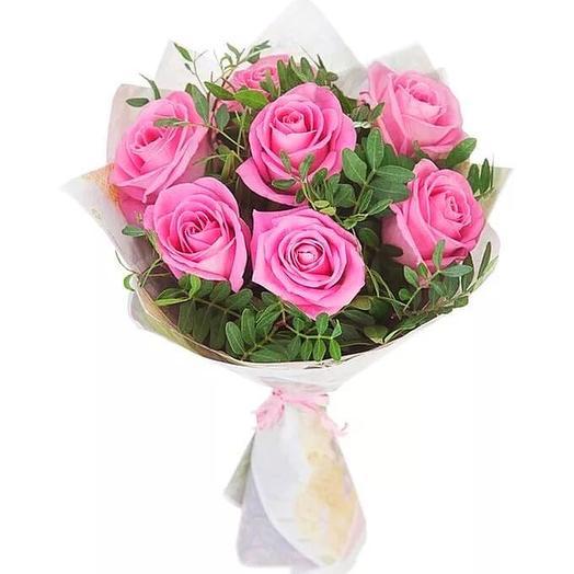 7 роз с зеленью в оформлении