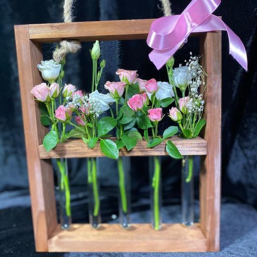 Оригинальная стойка с кустовыми розами и эустомой