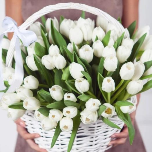 Белые тюльпаны в корзине