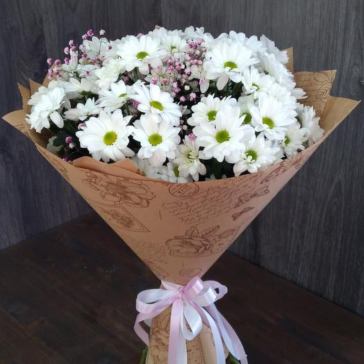 A bouquet of chrysanthemums and pink baby's breath