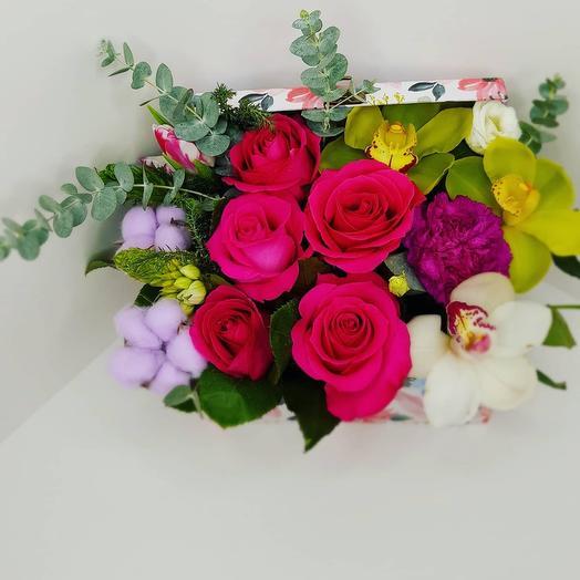 Розы с орхидеями  в шкатулке