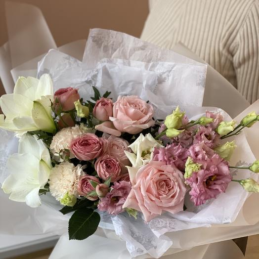 Букет с белым амариллисом и садовой розой