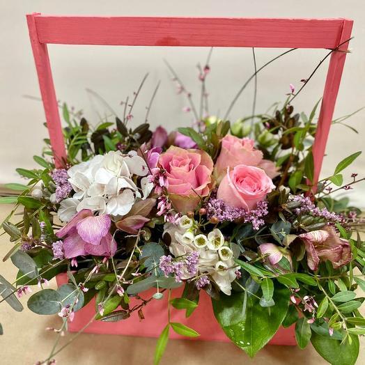 Ящик с розами и гортензиями