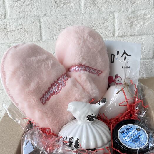 Подарочный набор с тапочками, средствами по уходу и декором