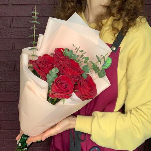 Пять алых роз