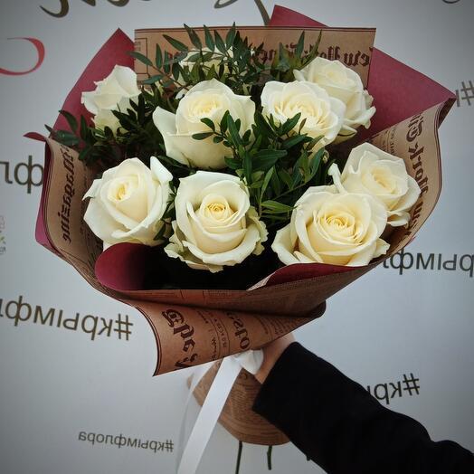 Белые розы с зеленью