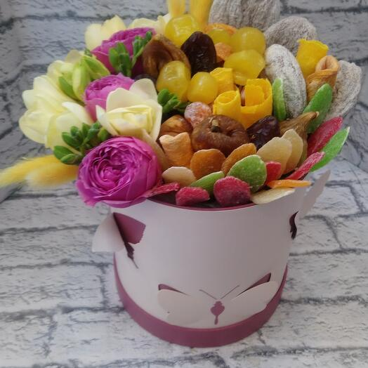 Корбка с сухофруктами и  цветами