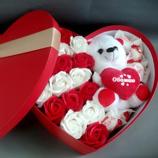 Подарочная коробка с мыльными розами,конфетами и игрушкой