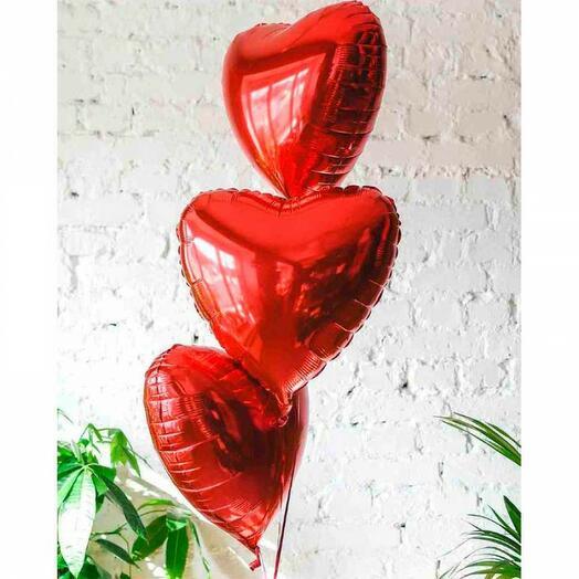 Три красных фольгированных сердца