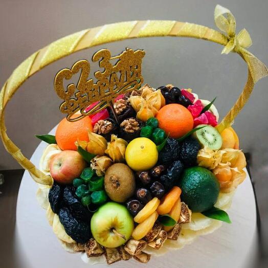 Корзина с фруктами и сухофруктами