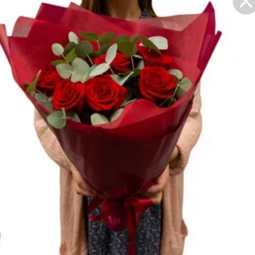 Букет «Эсмеральда» из 7 красных роз с зеленью