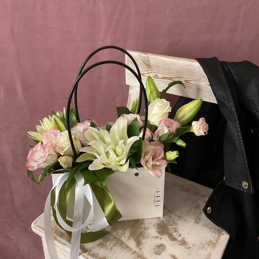 Композиция с пионовидной Лилией,эустомой и розами