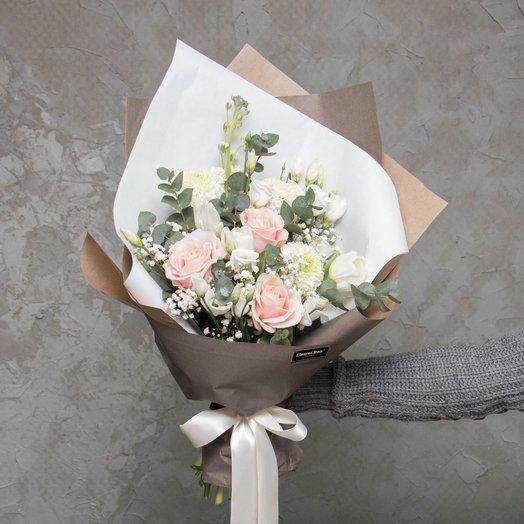 Стильный нежный букет в сером крафте: букеты цветов на заказ Flowwow