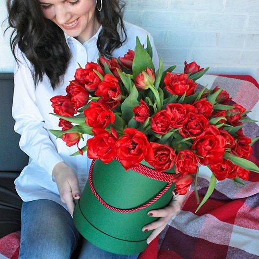 Красные тюльпаны в коробке: букеты цветов на заказ Flowwow