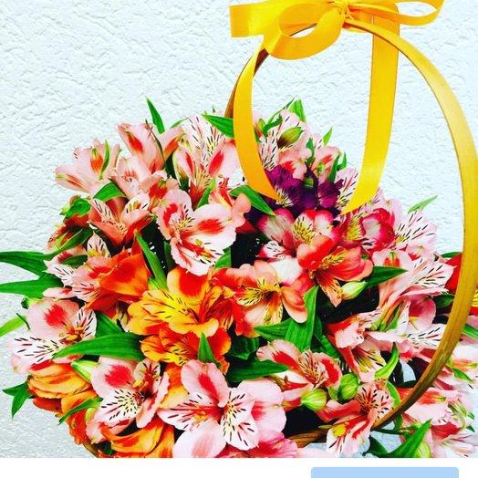 Корзина из альстормерий: букеты цветов на заказ Flowwow