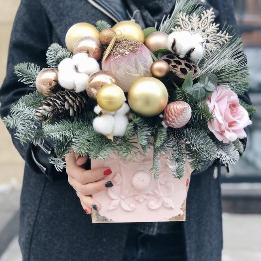 Нежная новогодняя композиция в деревянном кашпо: букеты цветов на заказ Flowwow
