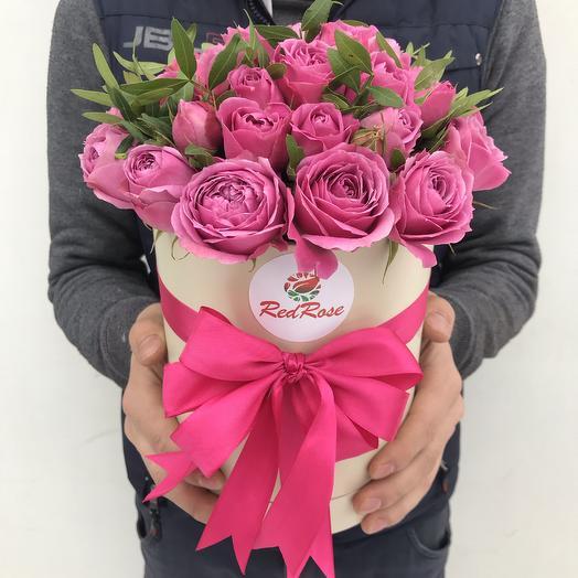 19 пионовидных кустовых роз в шляпной коробочке: букеты цветов на заказ Flowwow