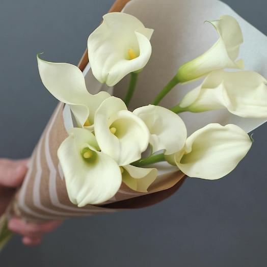 Белые каллы в крафте: букеты цветов на заказ Flowwow