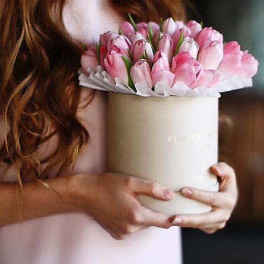 Тюльпаны в коробке: букеты цветов на заказ Flowwow