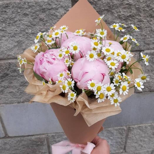 Букет из пионов и ромашек: букеты цветов на заказ Flowwow