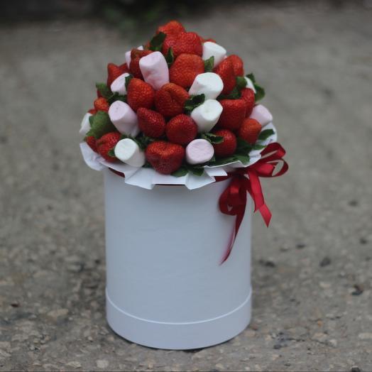 Клубника и маршмеллоу в коробке: букеты цветов на заказ Flowwow