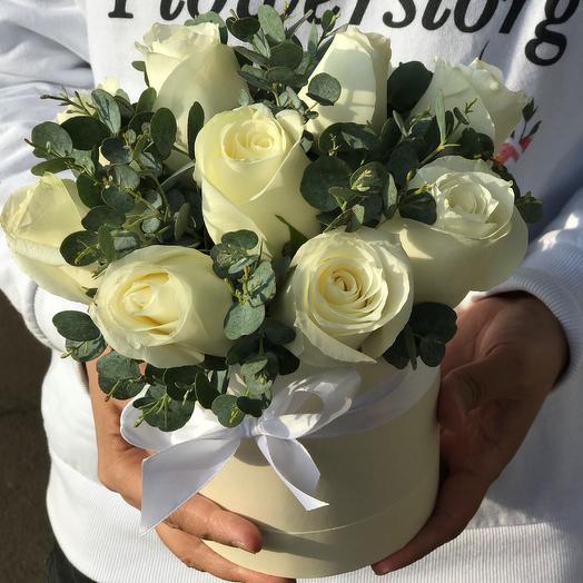 Мини комплимент. Коробки с цветами. Кенийская роза с эвкалиптом. N555: букеты цветов на заказ Flowwow