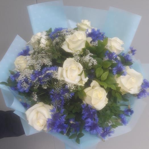 Розы с васильками: букеты цветов на заказ Flowwow