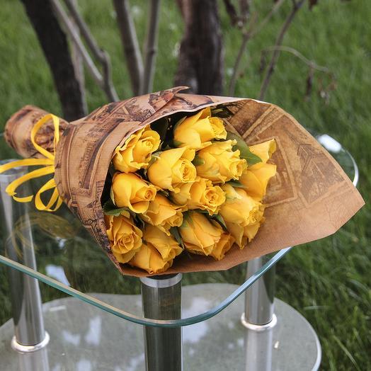 15 желтых роз с зеленью в крафте