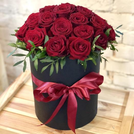 Шляпная коробка из алых роз